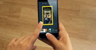 PDF Brochure sul smartphone con un effetto di capovolgimento di pagina