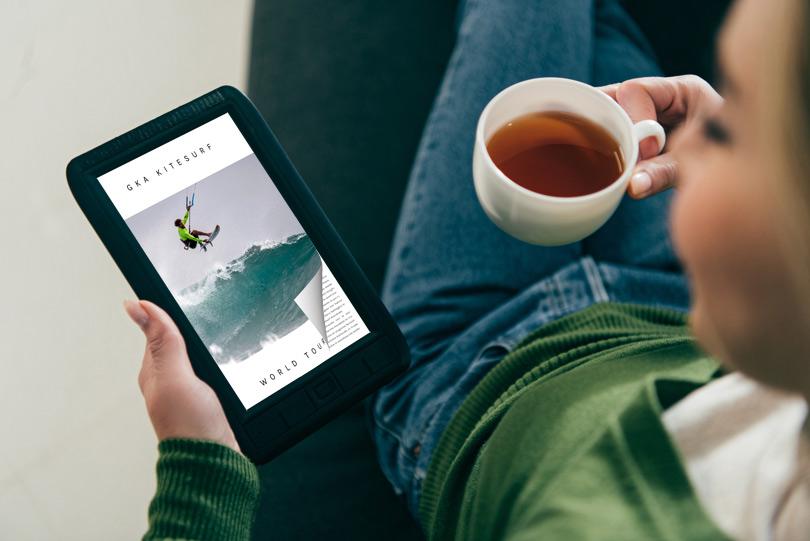 PDF brochure sul tablet con un effetto di capovolgimento di pagina
